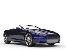Den konvertibla sportbilen - svärta/Pearlescent målarfärg för blått Arkivfoto