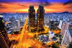 Den Korea nattsikten, natttrafik rusar på Lotte i Seoul Fotografering för Bildbyråer