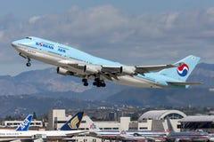 Den Korean Air Boeing 747 jumbon - spruta ut att ta av från Los Angeles den internationella flygplatsen Royaltyfri Foto