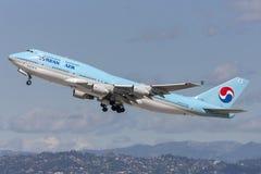 Den Korean Air Boeing 747 jumbon - spruta ut att ta av från Los Angeles den internationella flygplatsen Arkivfoton