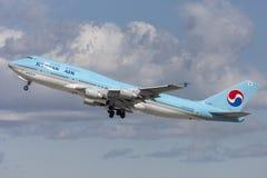 Den Korean Air Boeing 747 jumbon - spruta ut att ta av från Los Angeles den internationella flygplatsen Arkivfoto