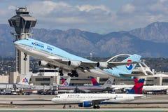 Den Korean Air Boeing 747 jumbon - spruta ut att ta av från Los Angeles den internationella flygplatsen Arkivbild