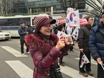 Den koreanska patriotiska kvinnan vinkar den koreanska flaggan på Samiljeol Fotografering för Bildbyråer