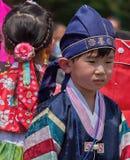 Den koreanska pojken och flickan deltar i kulturell beröm Arkivfoton