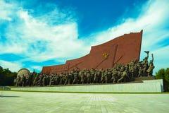 Den koreanska revolutionären samlas statyn för den röda flaggan i Mansudae, den Pyongyang staden, huvudstaden av Nordkorea Fotografering för Bildbyråer