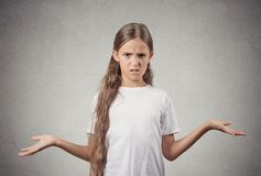 Den korkade tonåringflickan rycker på axlarna skuldror Royaltyfri Bild