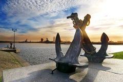 Den korsade konturn av det gamla havet ankrar på bakgrunden av Peter hamn Kronstadt St Petersburg, Ryssland Royaltyfri Fotografi