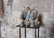 Den korsfäste Kristus mellan lamm heads vid Nino Longobardi i ett rum av Castel Del Monte Arkivbilder