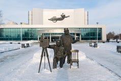 Den Kosmos teatern och Lumiere bröder skulpterar i vinter royaltyfria foton