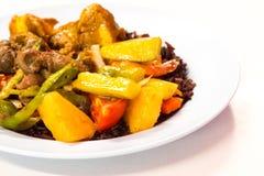 Den kostade-upp thailändska matmenyn är sås för bär för ris stekt söt och sur, arkivfoton