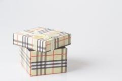 Den kräm färgade gåvan boxas. Fotografering för Bildbyråer