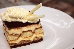 Den krämiga italienska tiramisuen med ett kaffe smaksatte vaniljsås Royaltyfri Foto
