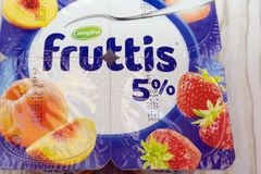 Den krämiga yoghurten shoppar Fruttis - Ryssland Berezniki April 22, 2018 royaltyfri foto