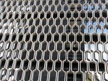 Den krökta konkreta modellen täcker sidan av byggnad Royaltyfri Fotografi