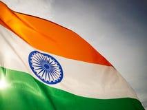 Den krabba indiska flaggan på solnedgånghimlen Indisk självständighetsdagen royaltyfri foto