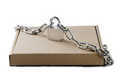 Den Kraft pappleveransen boxas och hänglåset, kedjor på isolerad vit bakgrund Modell för leveransen, stolpeservice Skydd av royaltyfria foton