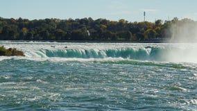 Den kraftiga energin av naturen - Niagara Falls Sikten från den amerikanska sidan I bilden kan en se på en gång två lager videofilmer