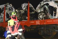 Den kraschade bilen transporteras bort Verklig bilkrasch med drevet Kvinnachauffören är död Brandmännen som gör upp ren Arkivbilder