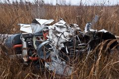 Den kraschade helikoptern Robinson 44 Arkivbild