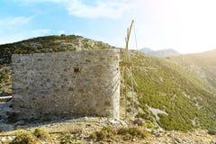 Den KretaGrekland dalen av glömd maler bergmaximumet Aftonsolnedgång med solstrålar royaltyfri bild
