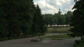 Den krigmonumentet och sjön i sommarstad parkerar sikt lager videofilmer