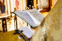 Den kristna boken för prästläsningkyrkan, präst läser en be över bibeln Royaltyfria Foton