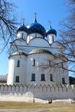 Den kristna domkyrkan är sikt av staden Suzdal Arkivfoton