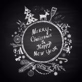 """Den krita målade illustrationen med jul klumpa ihop sig, text """"för glad jul & för lyckligt nytt år"""" och uppsättningen av olika fe Royaltyfri Fotografi"""
