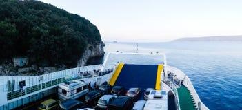 Den kroatiska färjan laddade med bilar på dess resa Royaltyfri Fotografi