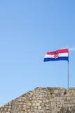 Den kroatiska flaggan flyger ovanför en fästning Royaltyfria Bilder