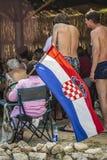 Den kroatiska fotbollsfan rymmer en nationsflagga arkivfoto