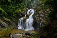 Den Krungching vattenfallet är i Nakhonsithammarat, Thailand Arkivfoto