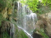 Den Krushuna vattenfallet med vaggar Arkivfoto