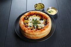 Den kryddade chicago pizzzaen med kött, ananas, havre, oliv, Arkivbilder