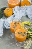 Den kryddiga coctailen för höstpumpa dekorerade med pumpafrö Royaltyfri Fotografi