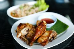 Den kryddiga och berömda traditionella Thailand matuppsättningen, inklusive LARB-MU eller kryddig finhackad grisköttsallad tjänad royaltyfri foto