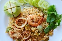 Den kryddiga stekte risräkan och griskött med aubergine i räka klistrar sås på maträtt Royaltyfria Foton