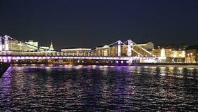 Den Krymsky bron eller den Crimean bron på natten är en stålupphängningbro i Moskva, Ryssland lager videofilmer