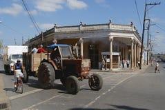 Den kubanska mannen kör traktoren på gatan av Pinar del Rio, Kuba Arkivbild