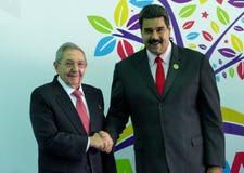 Den kubanska presidenten Raul Castro hälsar den venezuelanska presidenten Nicolas Maduro arkivfoto