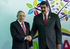 Den kubanska presidenten Raul Castro hälsar den venezuelanska presidenten Nicolas Maduro royaltyfria foton