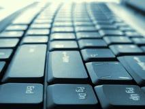 Den kulöra datoren skrivar arkivbild