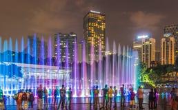 Den kulöra springbrunnen i staden parkerar Royaltyfria Bilder