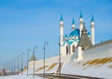 Den Kul-Sharif moskén bak den vita väggen av den Kazan Kreml Arkivfoto