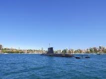 Den kunglig personAustralien för HMAS Farncomb SSG 74 ubåten förtöjer i den Sydney hamnen arkivbild
