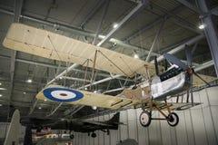 Den kungliga biplanen för flygplanfabriken RE8 inställde i hangar Arkivbild