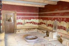 Den kungliga biskopsstolen i slotten av Knossos arkivfoton