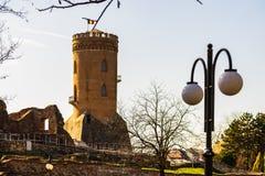 Den kungliga domstolen och Chindia tornet i Targoviste, Rumänien arkivbild