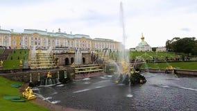 Den kungliga slotten i Peterhof och springbrunnar arkivfilmer