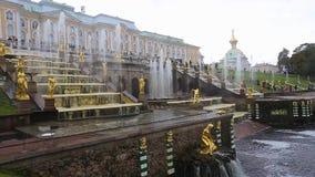 Den kungliga slotten i Peterhof och springbrunnar stock video
